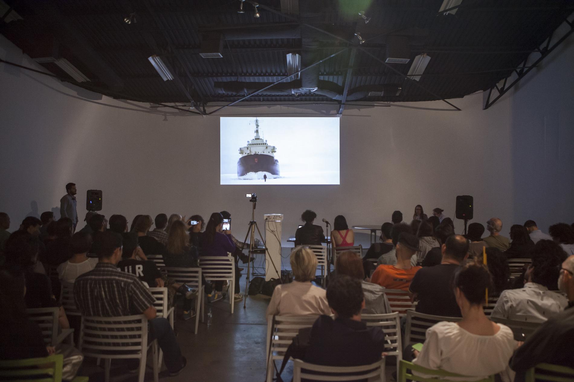 Charla Best of Now de Kelly Gordon en G17 del Centro de Arte Los Galpones. Fotografía Vladimir Marcano.