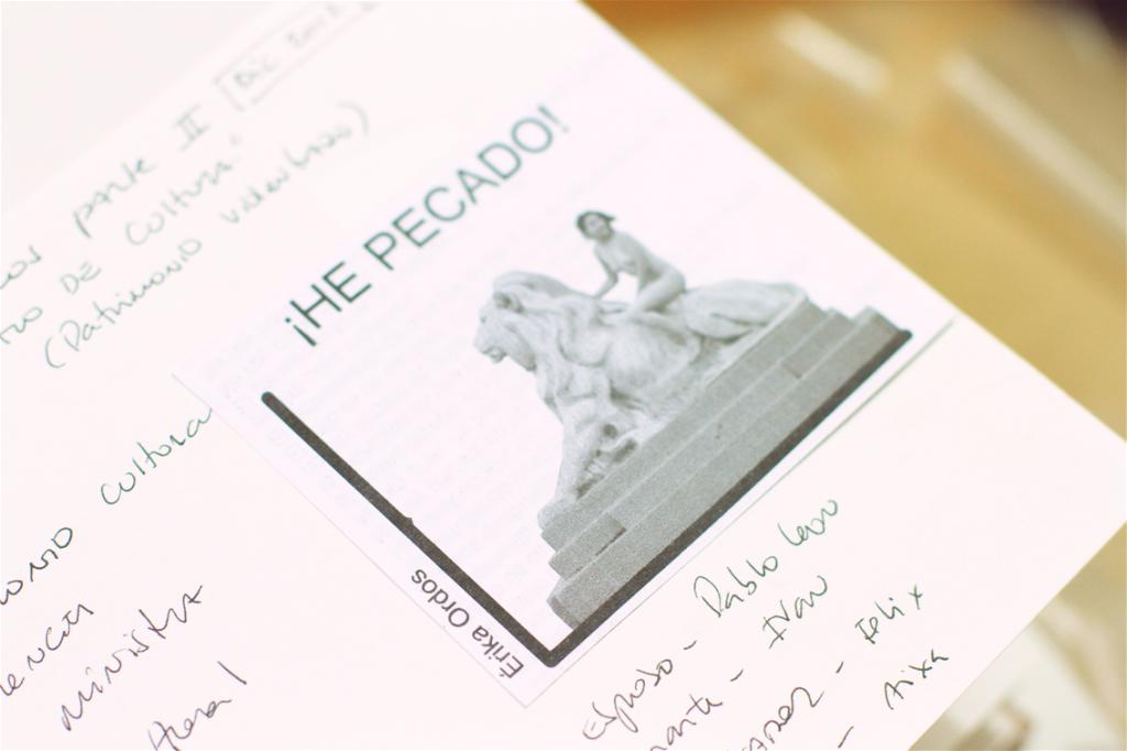 Érika Ordos en un cuaderno de Deborah Castillo.