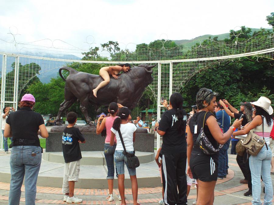 Intervención al monumento del toro. 2011. Registro de performance. Fotografía de Antonieta Zerré.