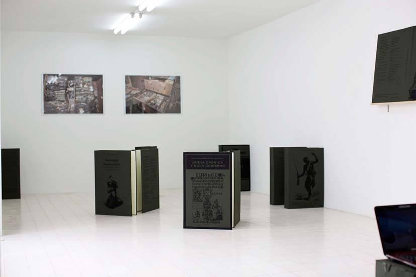 Pantone 19 – 0512 TC. Exposición de Luis Arroyo. Foto: Al borde.