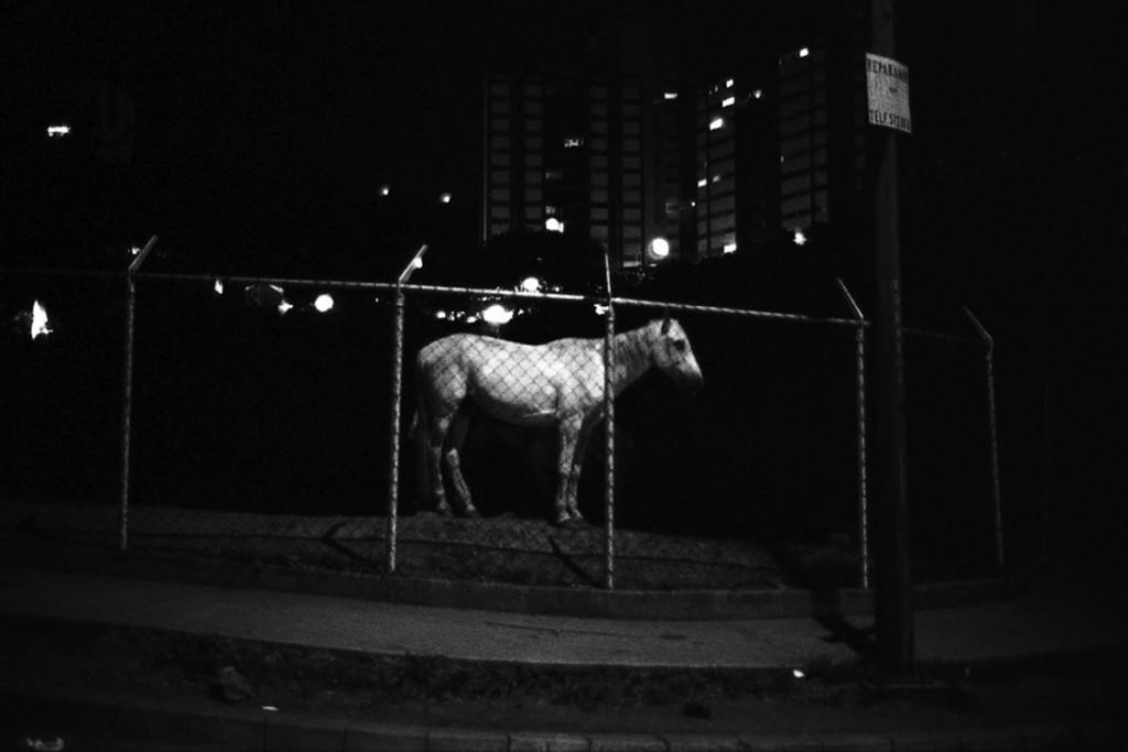 ©Ricardo Jiménez. «No hay mas héroes», de la serie La Noche (1982). Archivo Fotografía Urbana.