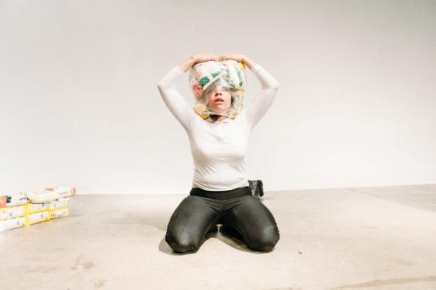 Aquí buscando. Performance: Margie Valdez. (2015)