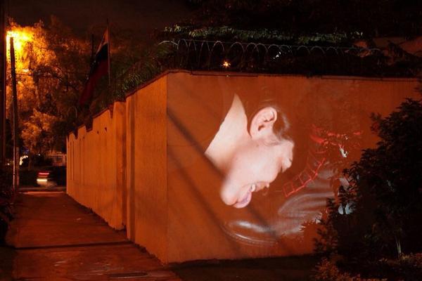 Proyección de Lamezuela (2013) en los muros de la embajada de Venezuela en Bogotá.