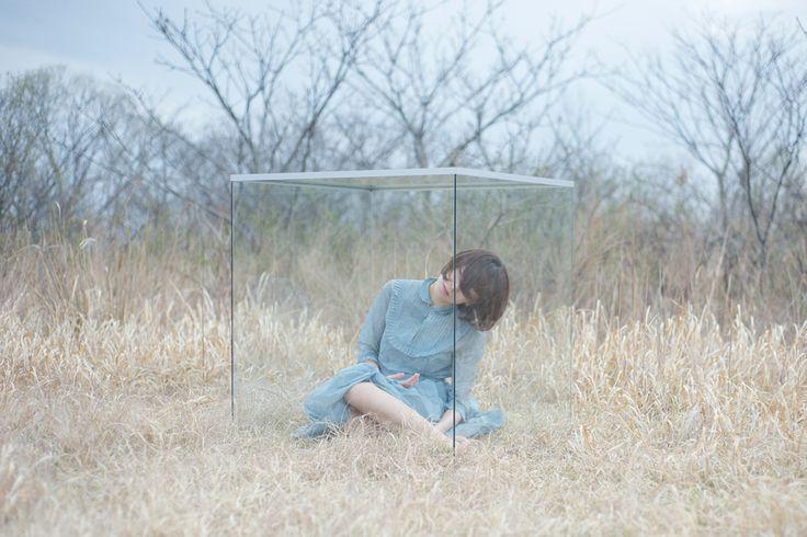Rieko Honma. Woman in glass cube (本間理恵子).