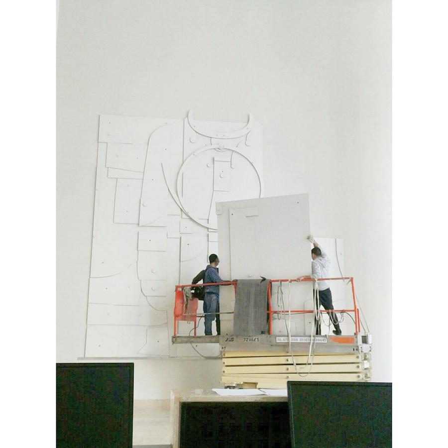 Se eleva el invisible. Proceso del montaje de mural en Torre Bellini. Collage en madera laqueada.