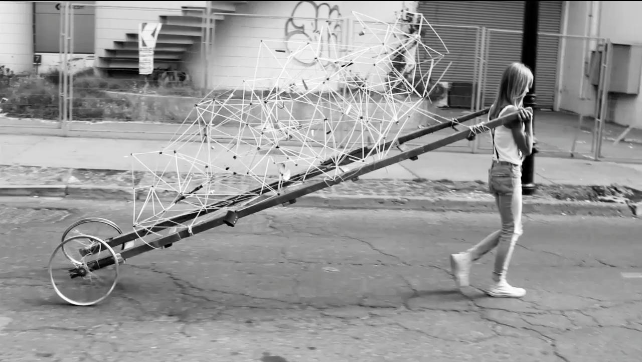 TRASLADO PARAMÓVIL I: Máquina móvil construida a partir de una escala y dos ruedas de bicicleta, con el fin de recorrer y trasladar las piezas recolectadas por la ciudad. Mecanísmo ideado para aprovechar la energía y el tiempo invertido en los trayectos, acarreando el espacio de trabajo y la obra producida al andar como el mapa & catastro del espacio recorrido. | Traslado I: La Chimba, Recoleta, Bellas Artes, Alameda/ Santiago centro