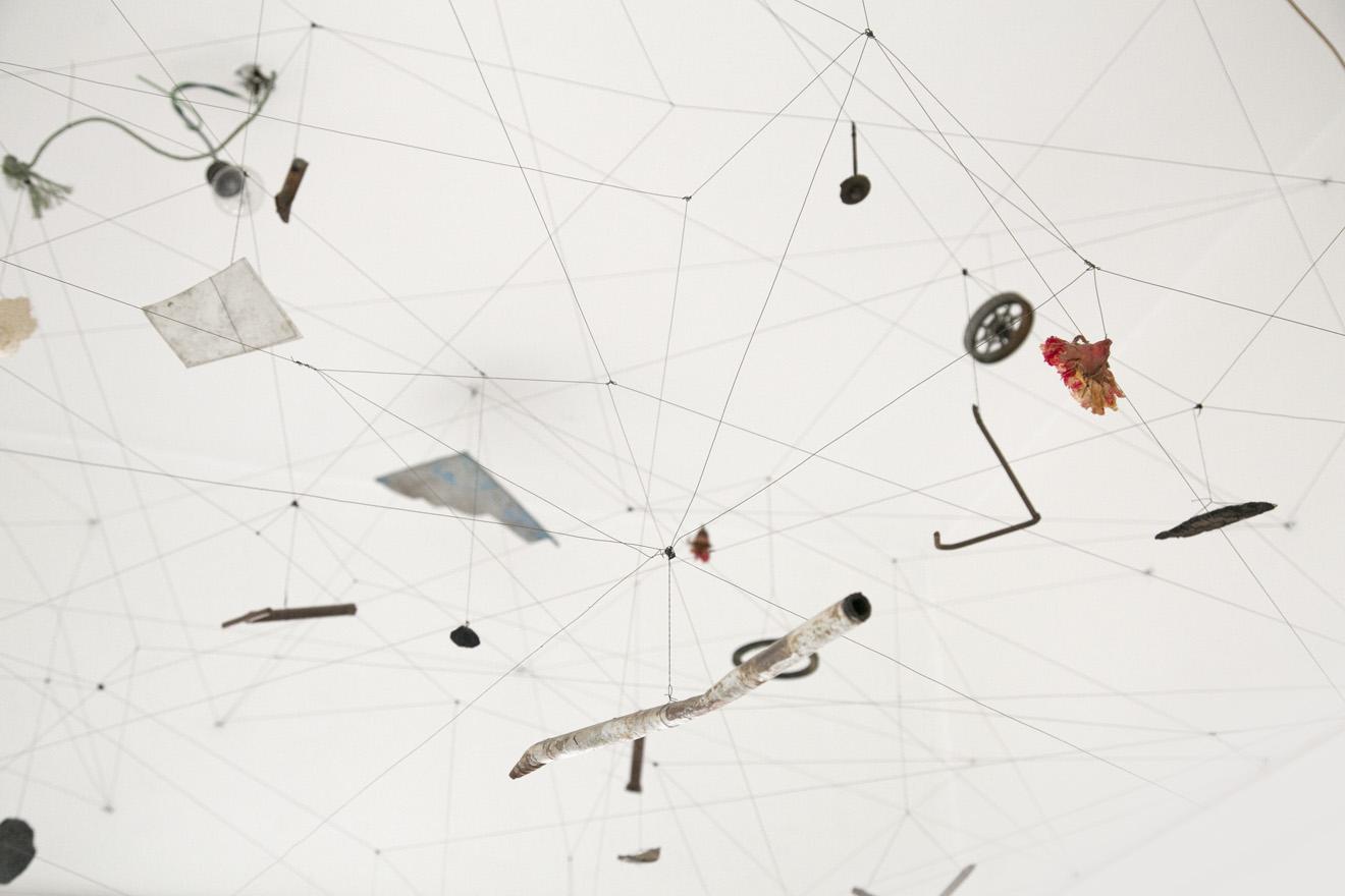 CONSTELACION I (detalle) | Trama de alambre & objetos recolectados durante un mes de recorridos por la ciudad. 300 x 250 x 110 cm. Stgo, Chile, 2014.