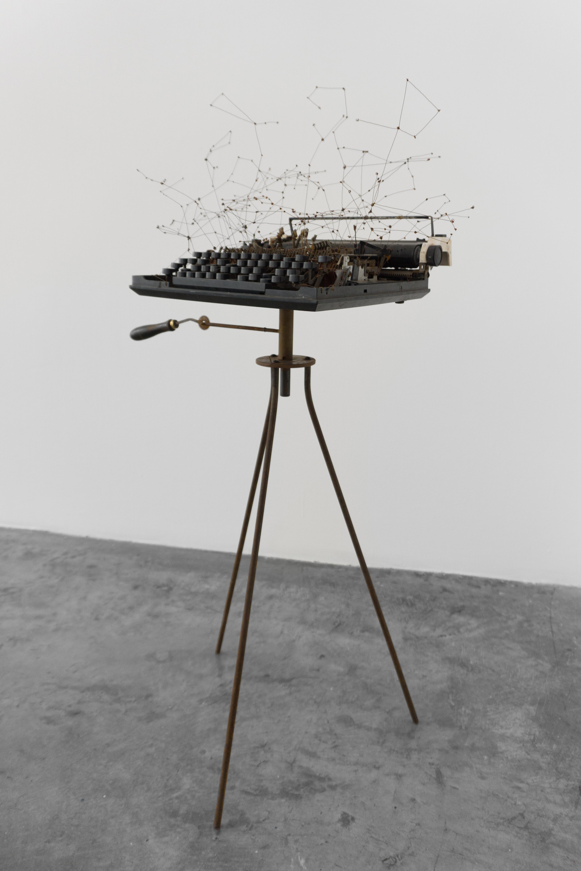 MAQUINA I / Uni- versos | Máquina de escribir perforada y constelaciones de alambre. 35 x 32 x 30 cm. 2016.