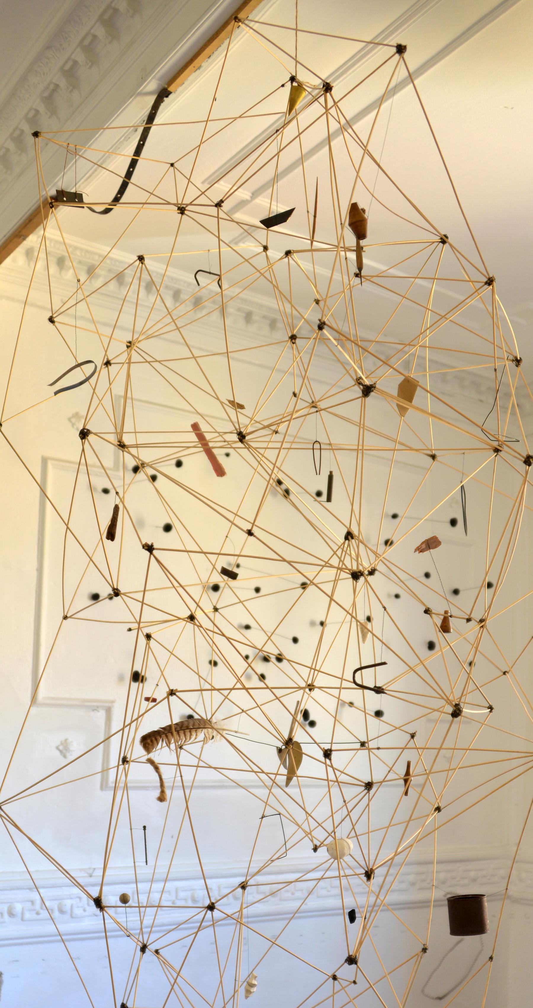 MAPAMÓVIL | Móvil construido de varillas de madera, alambre y objetos encontrados. 250 x 120 cm. | Stgo, Chile 2013