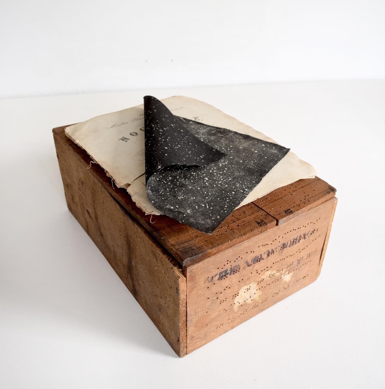 NOCTURNO | Cajón de madera perforado con la pieza musical Nocturno, Partitura, Litografía del universo y columpio. Sobering Gallery, París, 2015.