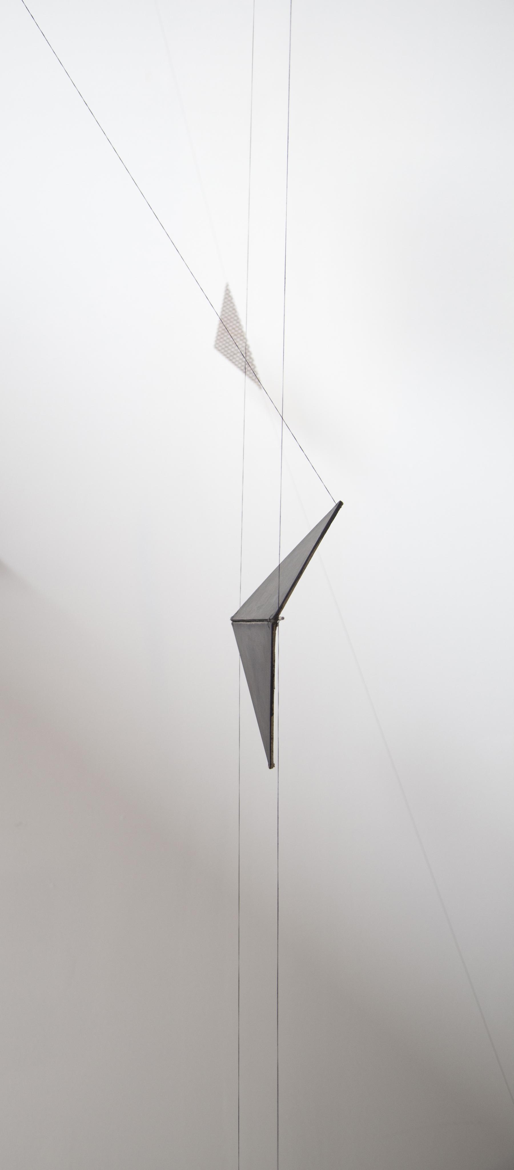 COLUMPIO PARA PENTAGRAMA I- NOCTURNO | Hilo, alambre y pieza plegada de madera móvil. Sobering Gallery, París, 2015.